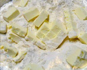 Масло нарезаем квадратиками