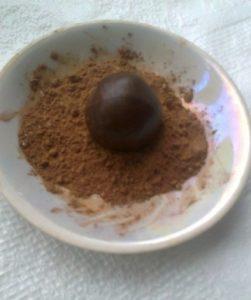 Обкатываем конфеты в какао