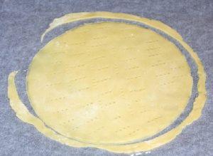 Обрезаем коржи по форме тарелки