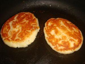 Обжариваем сырники