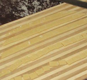 Разрезаем полоски на небольшие квадратики