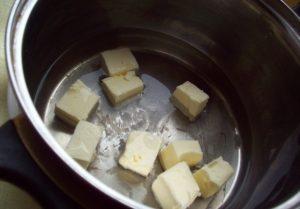 Смешиваем воду со сливочным маслом