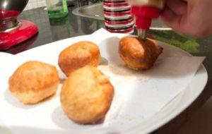 Наполняем пончики вареной сгущенкой