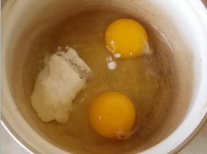 Взбиваем яйца и соду