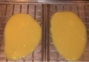 Выливаем тесто на вафельницу