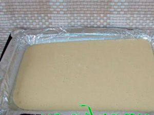 Выливаем тесто на фольгу