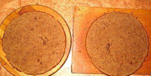 Разрезаем шоколадный корж