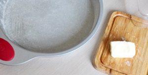 Смазываем форму сливочным маслом