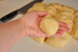 Придаем булочке круглую форму
