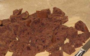 Нарезаем шоколадный корж кусочками