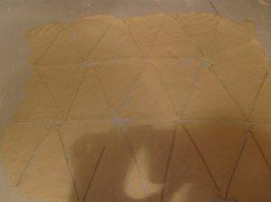Готовим треугольники из теста