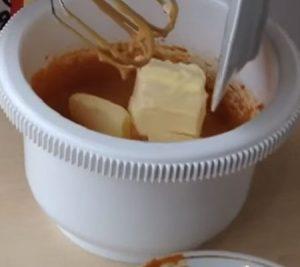 Добавляем сливочное масло в крем