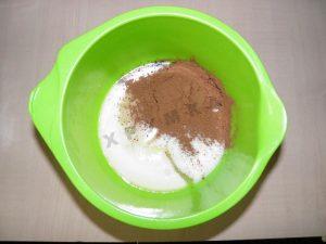 Высыпаем сахар, ванилин, какао