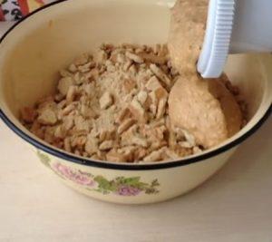 Смешиваем крем с печеньем