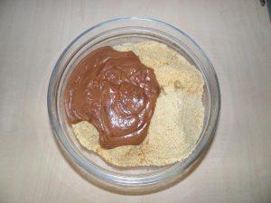 Добавляем орехово-сухарную смесь