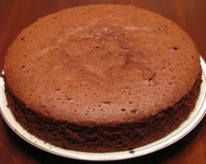 Простой пирог с какао и сгущенкой
