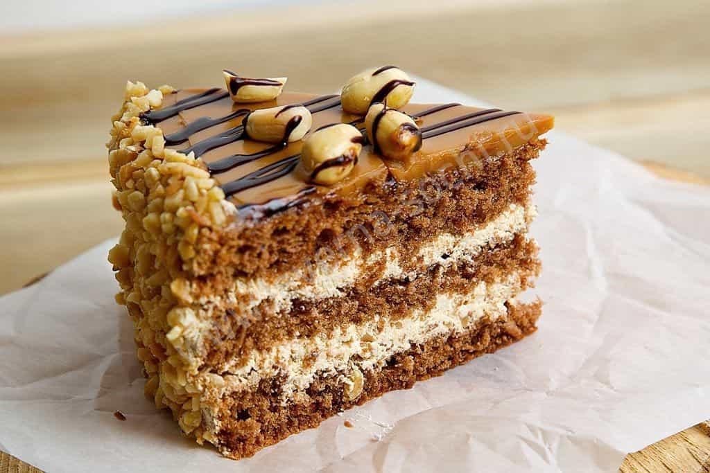 кусочек торта Сникерс