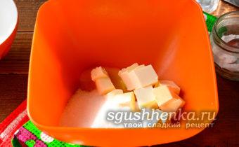К желтку добавьте сахар, сливочное масло, затем взбить