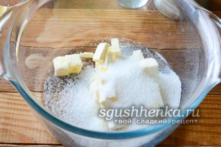 соедините масло с сахаром