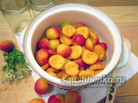 Разрезанные абрикосы