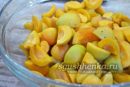 нарезаем абрикосы на кусочки
