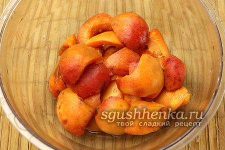 абрикосы освобождаем от косточек, разрезаем на половинки