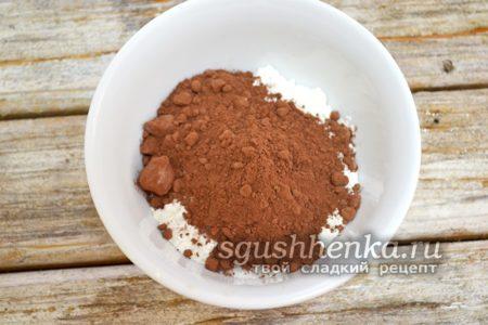 мука, какао и сахар в кружке
