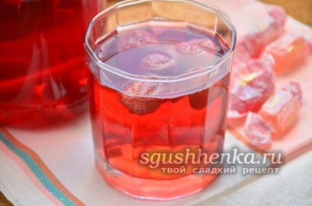 стакан клубничного компота
