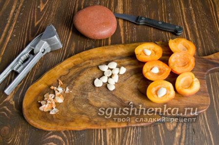 Ядрышки кладем в абрикосы