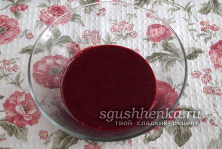 ягоды промыть, очистить от веточек и листьев, измельчить 2/3 части до состояния пюре