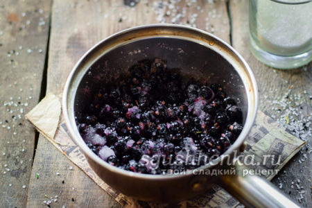 Смещать ягоды и сахар