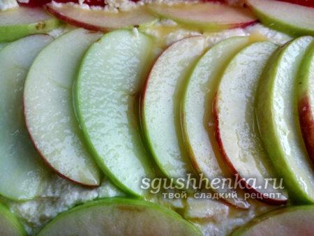смазываем маслом слой яблок