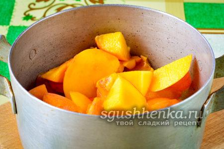нарезанные персики в емкости
