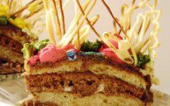 Кусочек торта Воздушный Поцелуй со сгущенкой