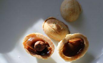 Начиняем кремом орешки