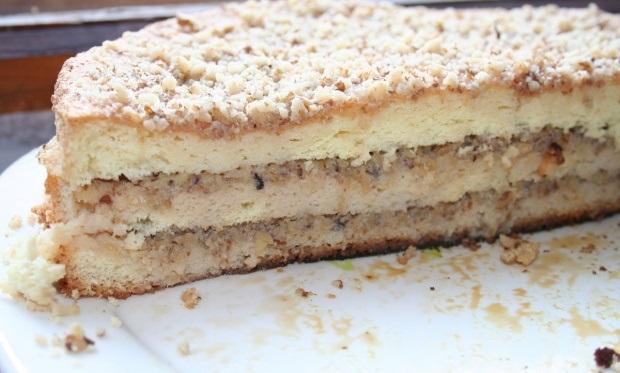 Готовый торт со сгущенкой и орехами
