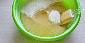 Заливаем смесь подсолнечным маслом