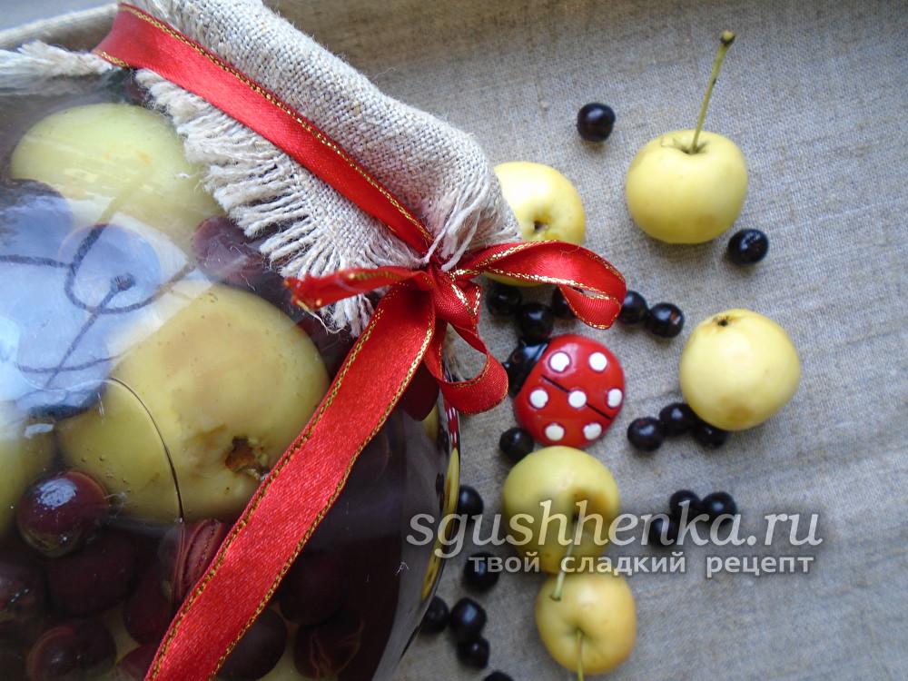 компот из яблок и черноплодной рябины