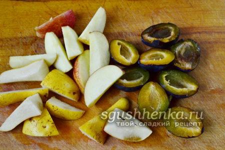 порезанные сливы, яблоки и груши