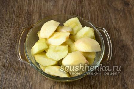 яблоки нарезать и поместить в форму для запекания