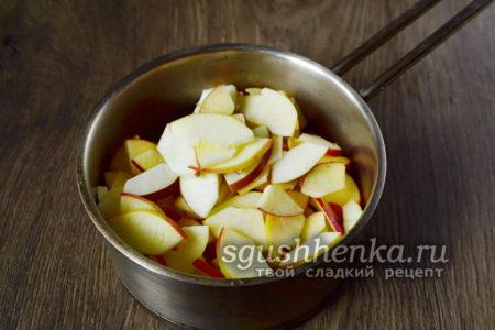 укладываем яблоки в кастрюлю