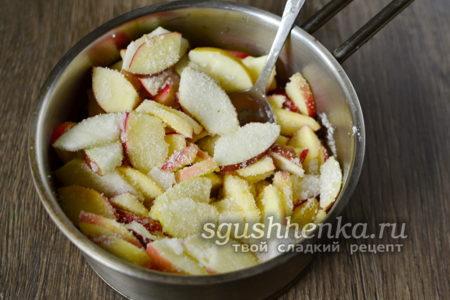 смешиваем сахар и яблоки