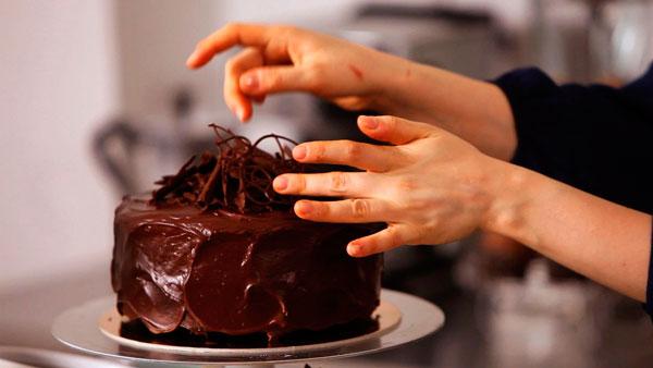 Украшаем торт на День Рождения шоколадом
