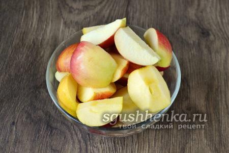 порезать яблоки кусочками