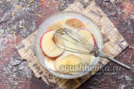 обмакнуть яблоки в кляре
