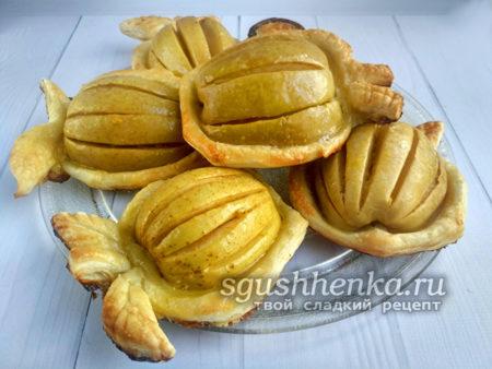 вкусные и аппетитные яблоки в тесте