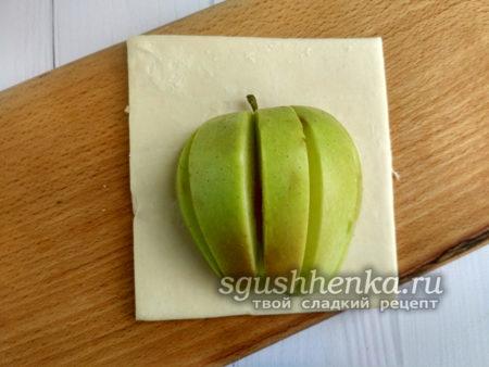 яблоко на тесте