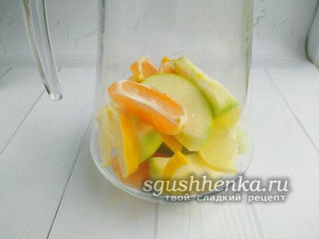 выложить фрукты в кувшин