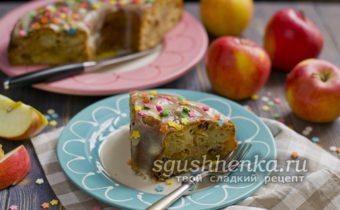 кусок яблочной шарлотки на кефире