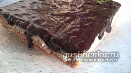 залить шоколадной глазурью